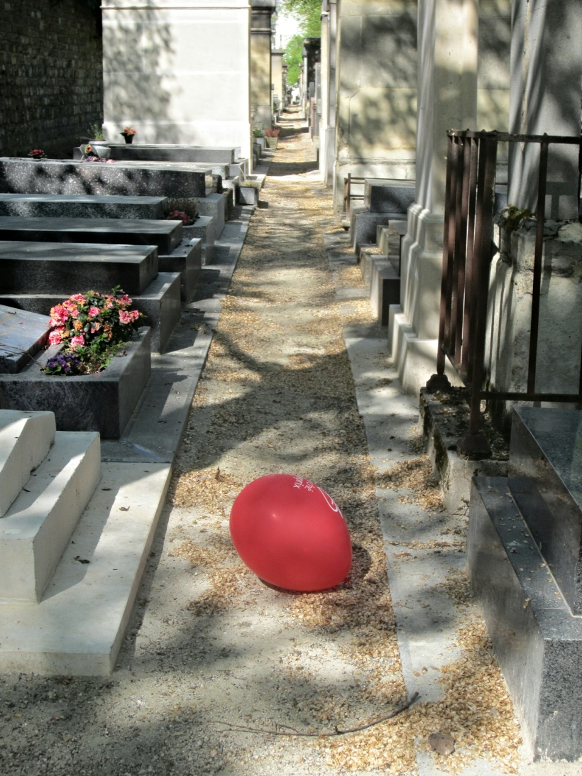 Red balloon, Montparnasse Cemetery